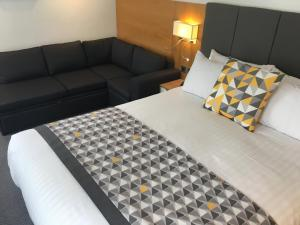 A bed or beds in a room at Holiday Inn Kenilworth - Warwick