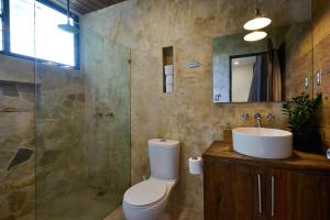 A bathroom at Jarabacoa Mountain Hostel