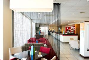A restaurant or other place to eat at Holiday Inn Express Rotherham – North