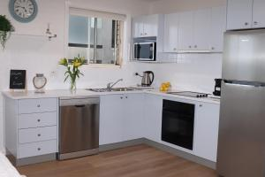 A kitchen or kitchenette at Waterviews on Marine Parade 3/32