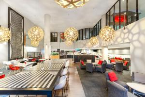 A restaurant or other place to eat at ibis Melbourne Hotel and Apartments