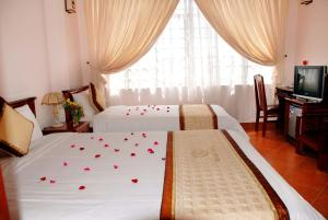 A bed or beds in a room at Holiday Diamond Hotel