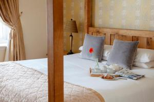 A bed or beds in a room at Three Salmons Hotel