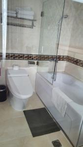 A bathroom at Le Duy Grand Hotel
