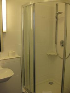 Ein Badezimmer in der Unterkunft Hotel garni Anger 5
