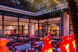 Um restaurante ou outro lugar para comer em Golden Tulip Opera de Noailles