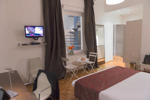 Una televisión o centro de entretenimiento en Key Inn Appart Hotel Belair