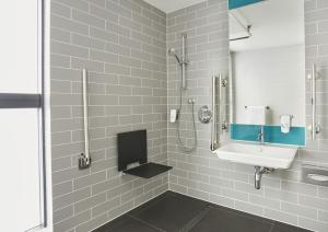 A bathroom at Holiday Inn Express Dublin City Centre