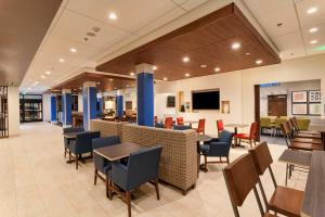 A restaurant or other place to eat at Holiday Inn Express & Suites - Dodge City
