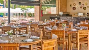 Um restaurante ou outro lugar para comer em Bourbon Atibaia Resort