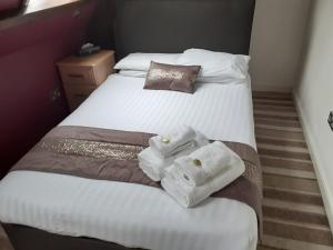 A bed or beds in a room at High Tor Hotel