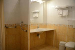 Salle de bains dans l'établissement Hotel Arena restaurant le Refuge