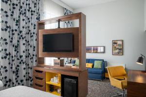 A television and/or entertainment centre at Hampton Inn & Suites Sherman Oaks