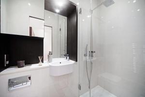 A bathroom at Kings Cross Studio by Flexy