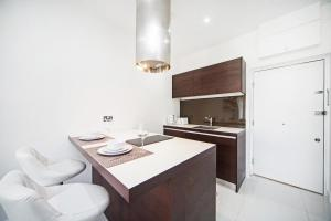 A kitchen or kitchenette at Kings Cross Studio by Flexy