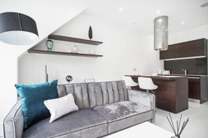A seating area at Kings Cross Studio by Flexy