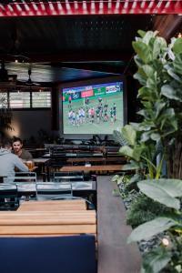 TV in/ali zabaviščno središče v nastanitvi Hotel Jesmond