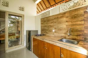 A kitchen or kitchenette at Villa Di Sawah Pejeng