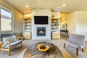 A seating area at Snow Canyon View: Paradise Village #46