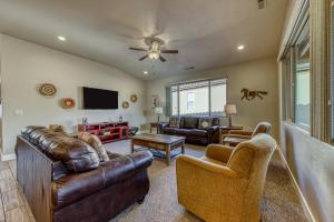 A seating area at Red Rock Ranch Retreat: Paradise Village #10