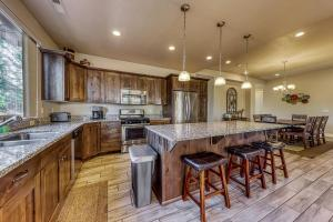 A kitchen or kitchenette at Red Rock Ranch Retreat: Paradise Village #10