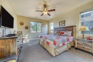 A bed or beds in a room at Red Rock Ranch Retreat: Paradise Village #10
