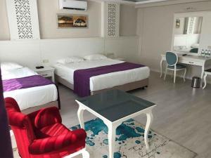 Een bed of bedden in een kamer bij Prime Boutique Hotel
