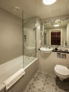 A bathroom at Treacys Oakwood Hotel
