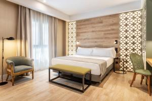 A bed or beds in a room at Catalonia Santa Justa