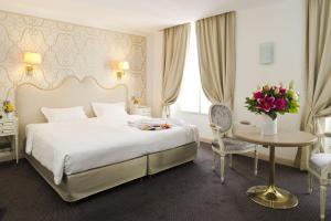 מיטה או מיטות בחדר ב-Hotel Saint Petersbourg Opera