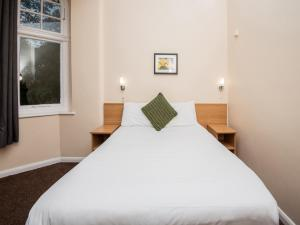 A bed or beds in a room at Rowton Hotel
