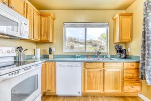 A kitchen or kitchenette at Lakeview Villa #805