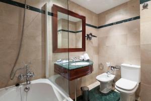 Een badkamer bij Exe Laietana Palace