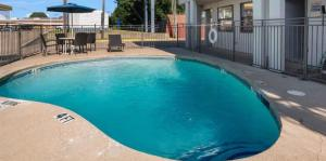 The swimming pool at or near Motel 6 Irving - Loop 12