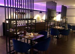 Ein Restaurant oder anderes Speiselokal in der Unterkunft Hotel Ramor Garni