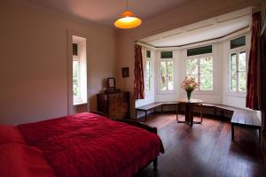A bed or beds in a room at Quinta das Colmeias