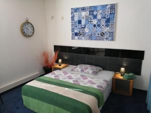 Posteľ alebo postele v izbe v ubytovaní Galaxy Rooms & Studios