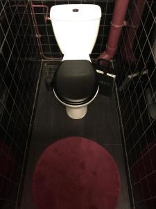 A bathroom at Aux Portes de Paris