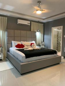 A bed or beds in a room at ExquisiteSuitesJA@ManorPark