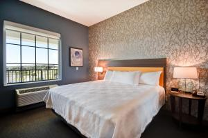 A bed or beds in a room at Home2 Suites By Hilton Jekyll Island