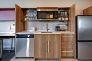 A kitchen or kitchenette at Home2 Suites By Hilton Jekyll Island