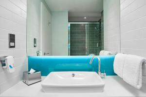 A bathroom at Holiday Inn Express - Derry - Londonderry