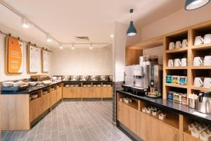 A kitchen or kitchenette at Holiday Inn Express - Derry - Londonderry