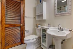 A bathroom at Nauset Beach Buddy