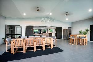 A restaurant or other place to eat at Sunset Penthouse Couples Retreat, close to Airlie Beach, Champagne on arrival