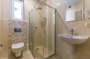 A bathroom at Guest House Yuzhnaya Roza