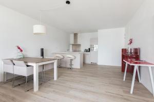 A kitchen or kitchenette at MyCityLofts - Calypso