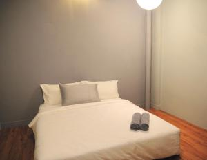 A bed or beds in a room at GRAYHAUS SOHO Ipoh