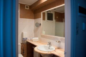 Ένα μπάνιο στο Lucy Hotel