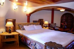 A bed or beds in a room at Le Jacaranda Hotel
